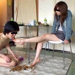 OLお姉さんが食べ物を踏み潰して汚れた足をM男に食べ舐めさせるクラッシュ動画